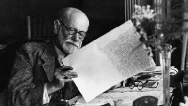 photo de Freud lisant un journal