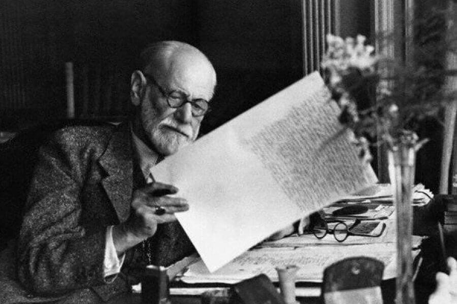 photo de Freud lisant un journal